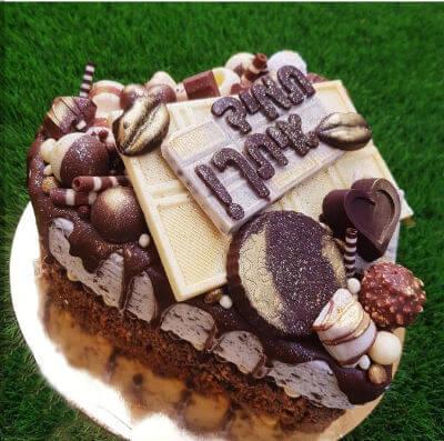 לאוהבים עוגת מוס בצורת לב עם ממתקים
