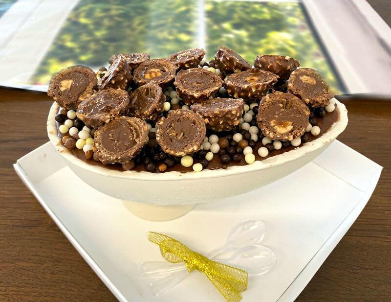 ביצת הפתעה ענקית מלאת שוקולדים ופינוקים