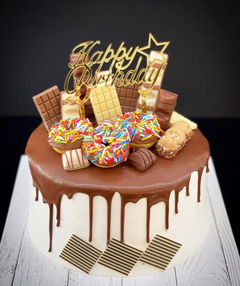 דריפ קייק ליום הולדת עם ממתקים שוקולדים ודונאטס