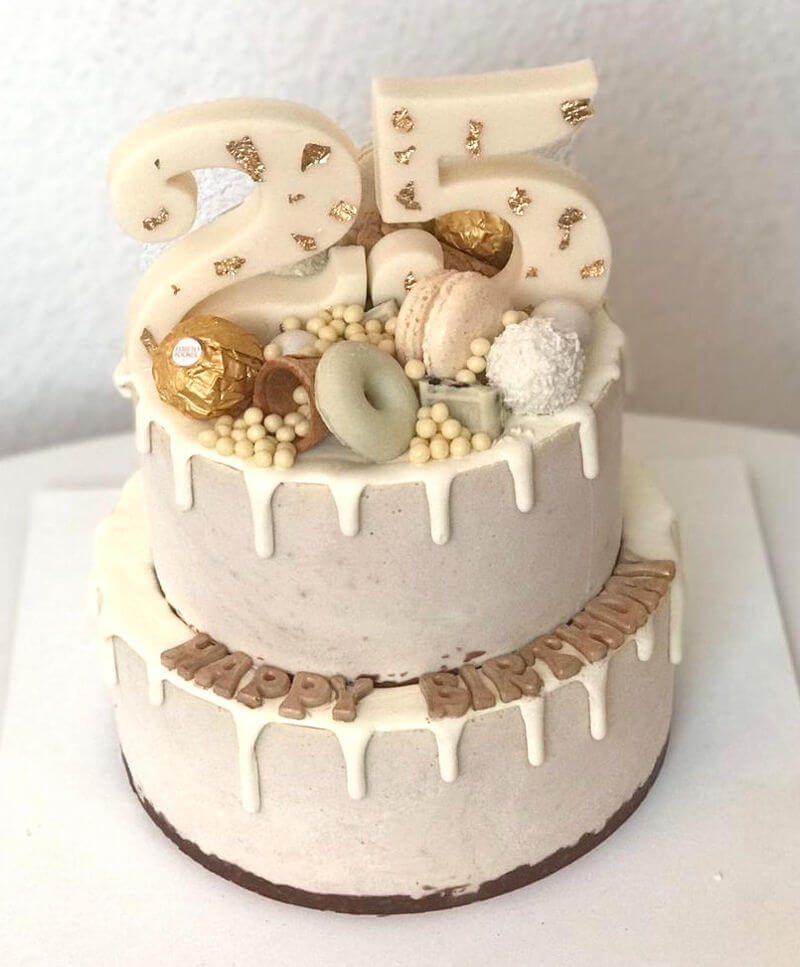 דריפ קייק עוגת קומות מעוצבת עם טפטופי גאנש