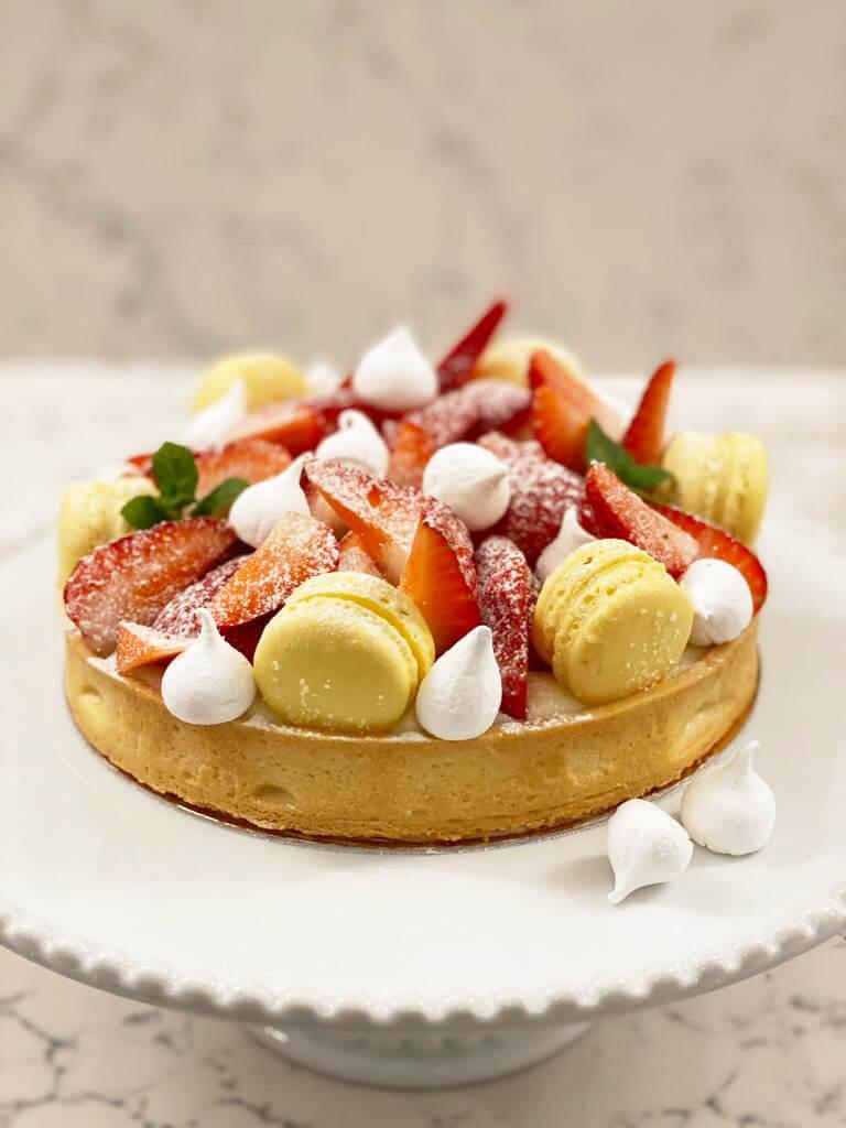 טארט פטיסייר תותים ומקרונים לימון