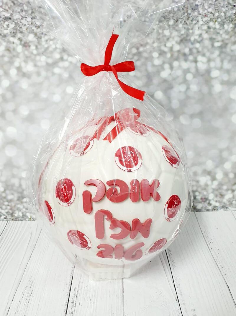 כדורגל משוקולד ממולא ממתקים