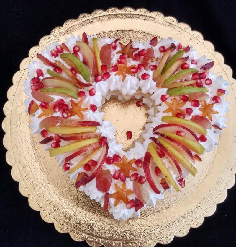 עוגת לב בצק שקדים עם קרם וניל ופירות טריים