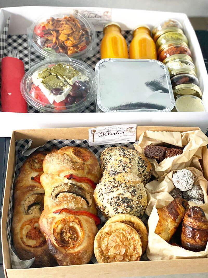 מארז ארוחת בוקר עם שקשוקה סלטים ממרחים ומאפים טריים