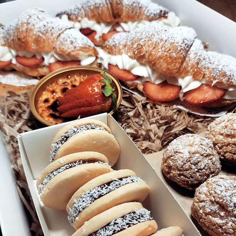 מארז מתוק של קרואסונים קרם ברולה פחזניות ואלפחורס
