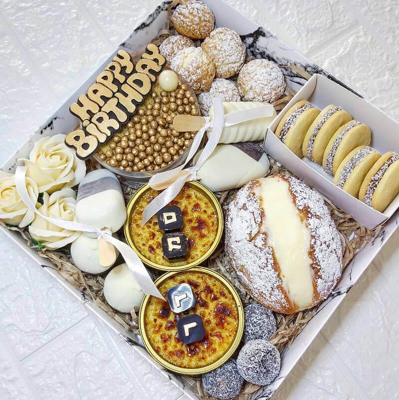 מארז קינוחים עוגות אישיות ומגנומים ליום הולדת