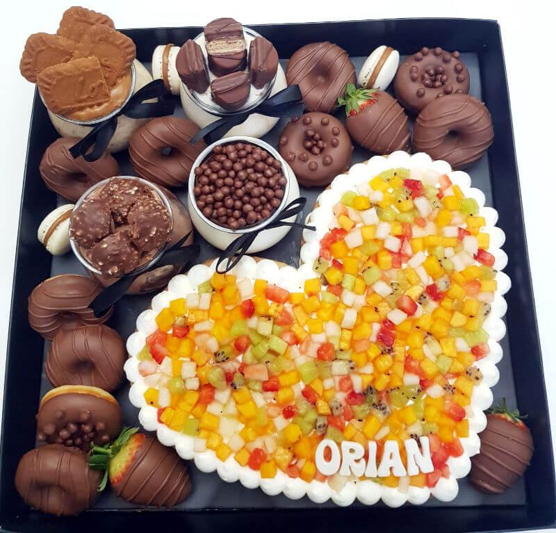 מארז קינוחים עם עוגת לב ליום הולדת