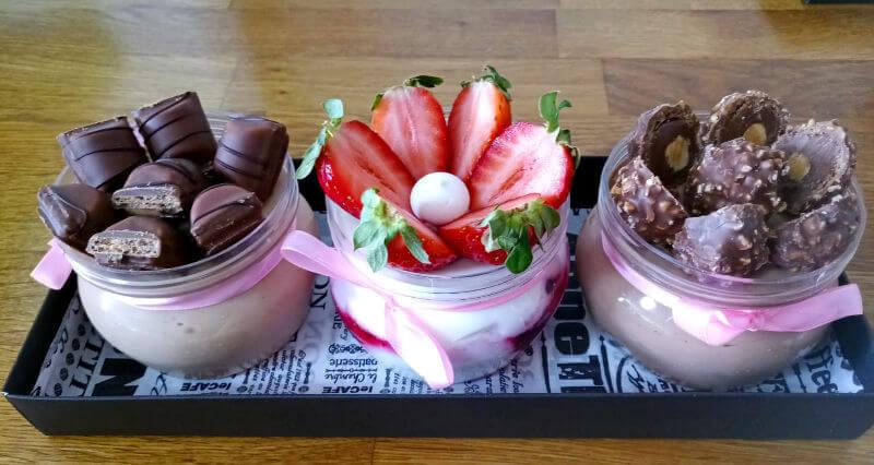 מארז קינוחי כוסות שוקולדים ותותים