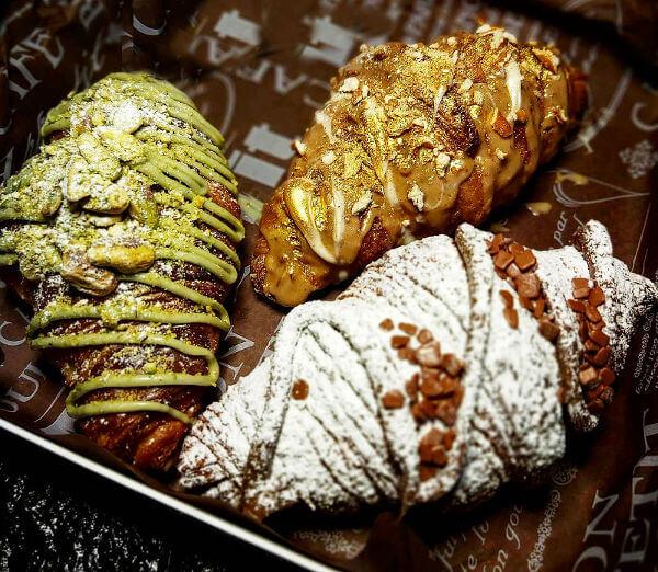 מארז קרואסונים ליום הולדת במילוי פיסטוק נוטלה שוקולד לבן ובייגלה מלוח