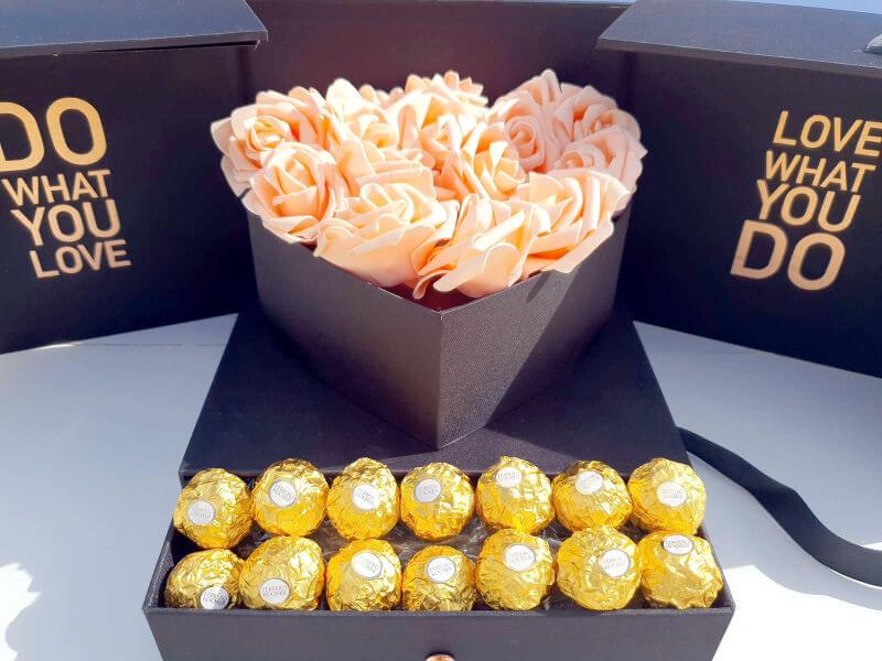 מארז שוקולדים ופרחים ליום האהבה