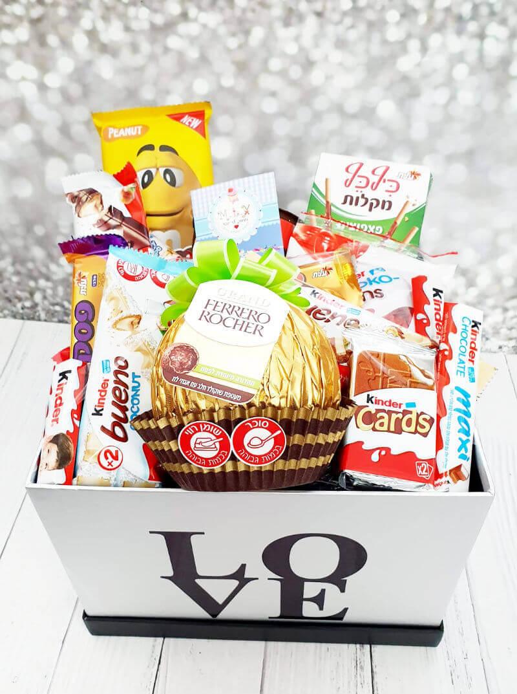 מארז שוקולדים ופררו רושה ענקי ליום האהבה