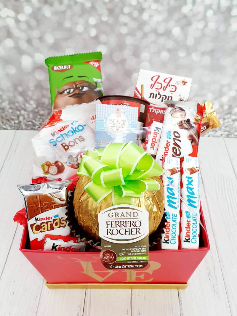 מארז שוקולדים ענק עם פררו רושה