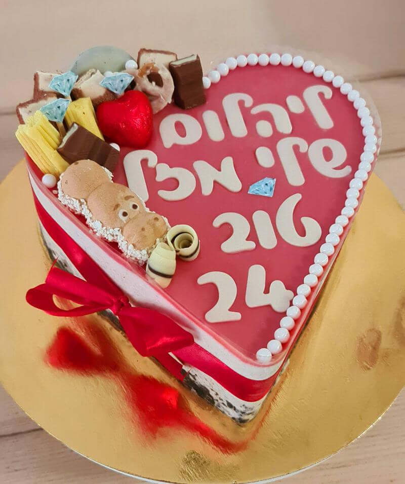 עוגה בצורת לב ורודה ליום הולדת