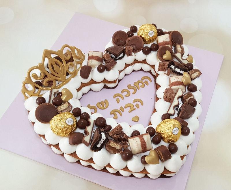עוגת בצורת לב עם שוקולדים