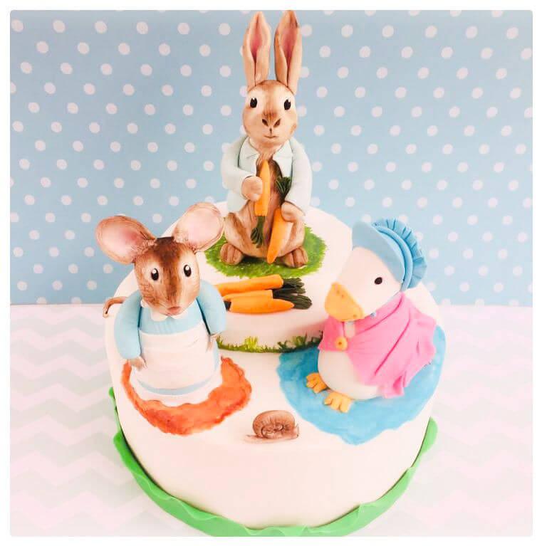 עוגה מבצק סוכר עם חיות