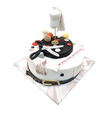 עוגה מיוחדת בעיצוב תופרת מבצק סוכר