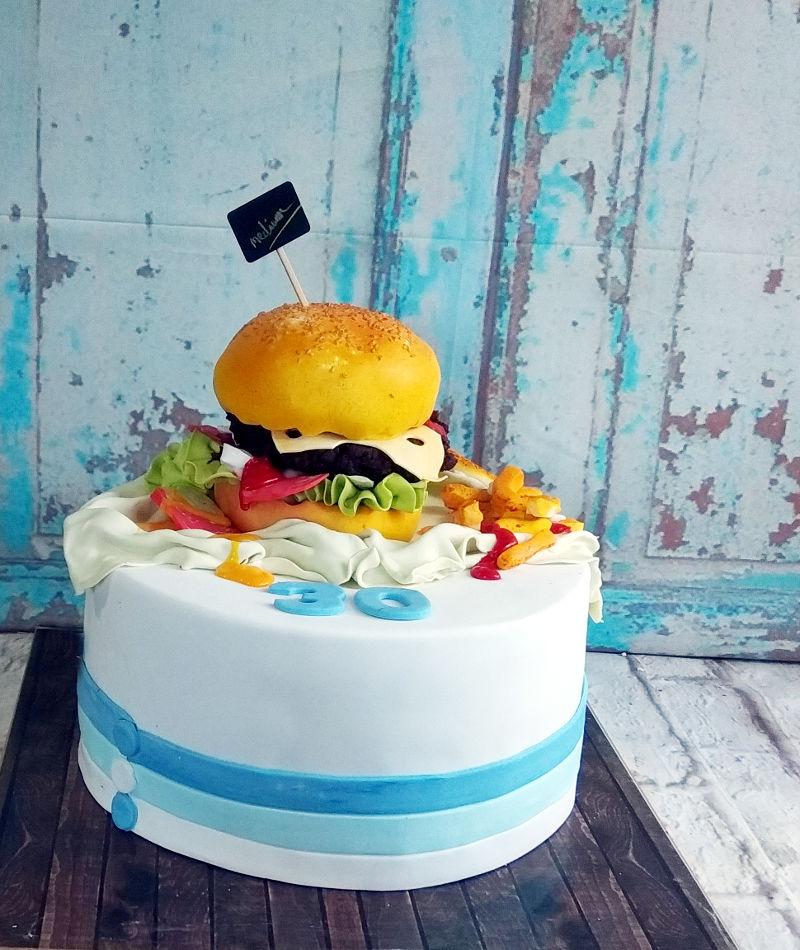 עוגה מיוחדת המבורגר מבצק סוכר לגיל 30
