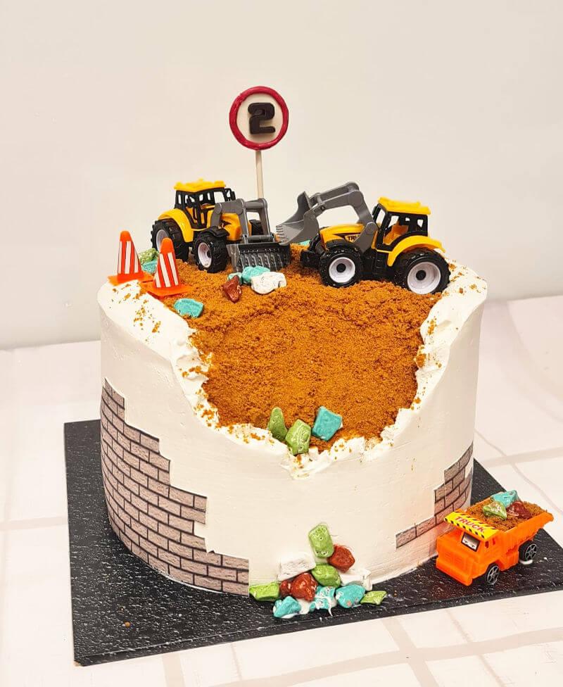 עוגה מעוצבת אתר בניה עם טרקטורים