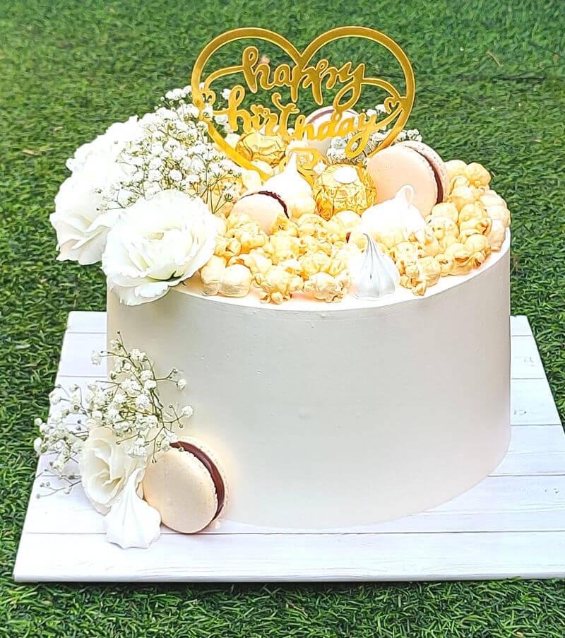 עוגה מעוצבת בלבן