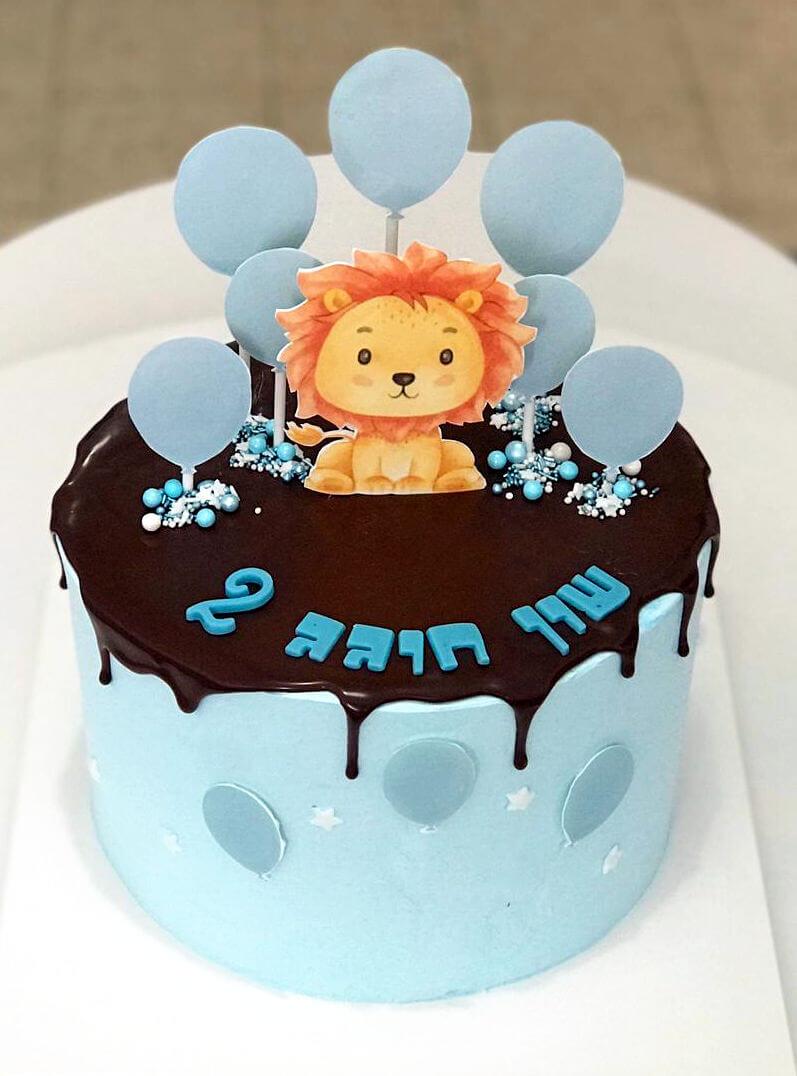 עוגה מעוצבת לבן עם אריה ובלונים פרווה וללא גלוטן