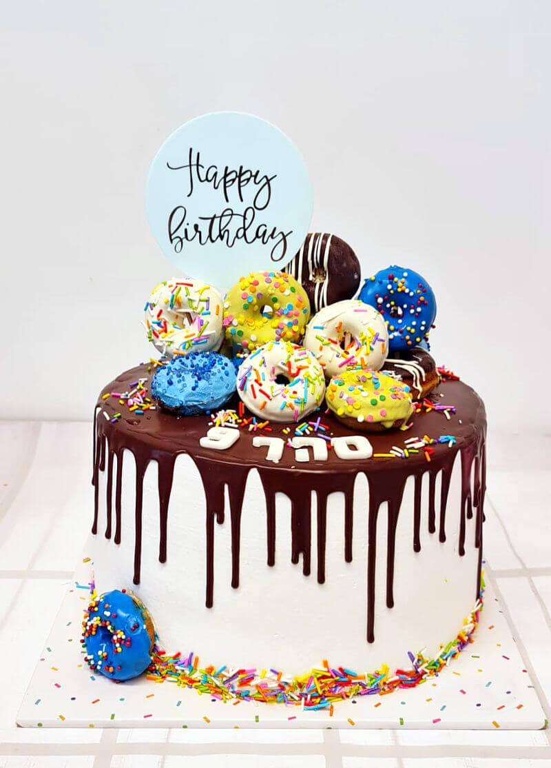עוגה מעוצבת ליום הולדת עם טרקטורים