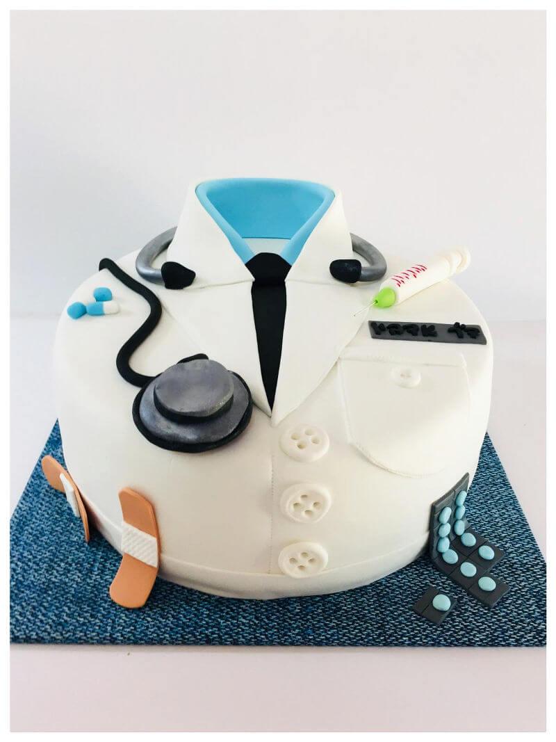 עוגה מעוצבת לרופא מבצק סוכר