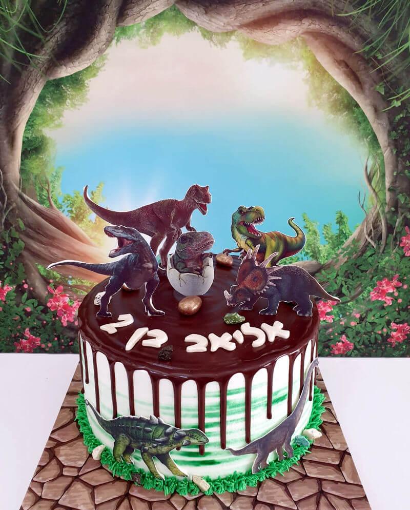 עוגה מעוצבת עם דינוזאורים