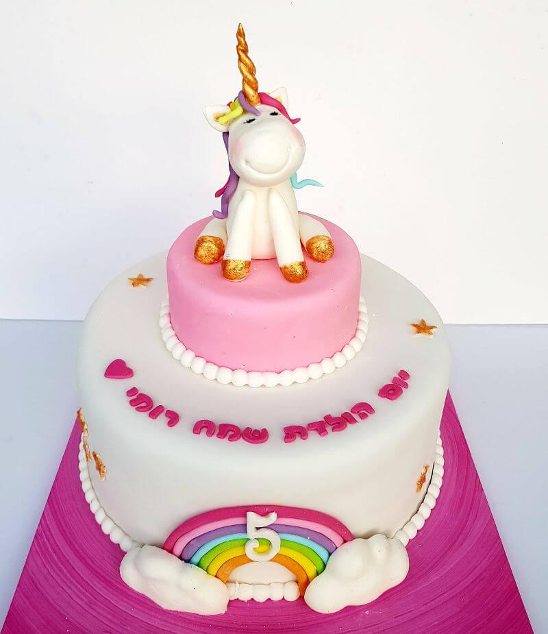 עוגה מעוצבת עם חד קרן וקשת בענן