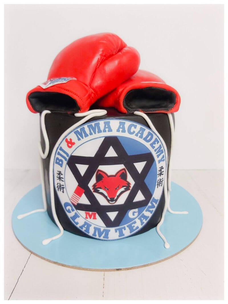 עוגה מעוצבת עם כפפות אגרוף מבצק סוכר
