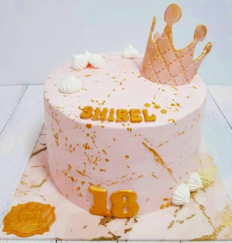 עוגה מעוצבת עם כתר לגיל 18