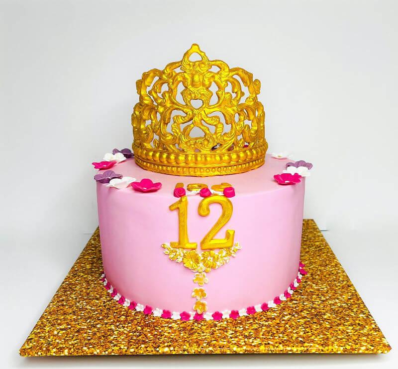 עוגה מעוצבת עם כתר