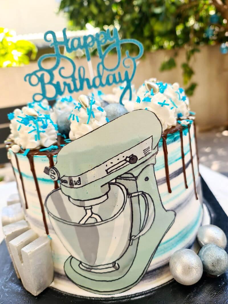 עוגה מעוצבת עם מיקסר