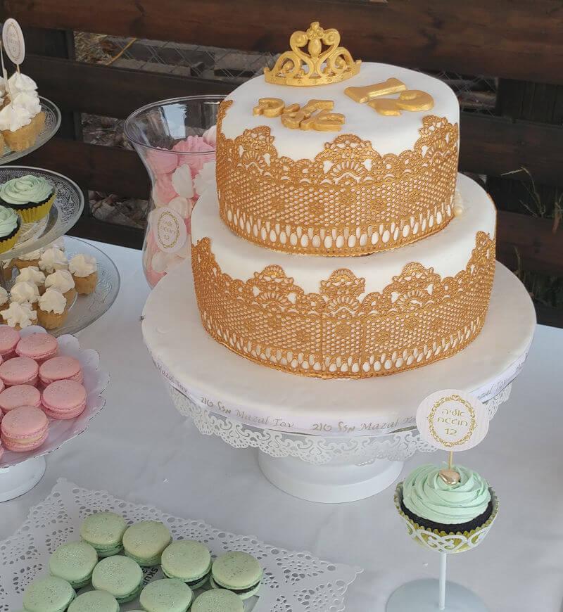 עוגת בת מצווה מעוצבת עם כתר