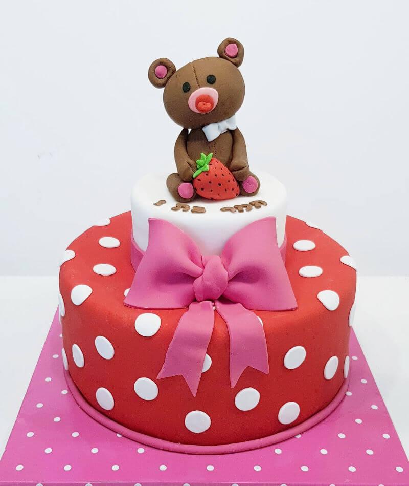 עוגה מתוקה עם דובי מבצק סוכר