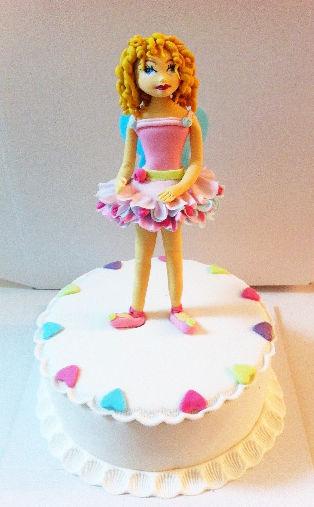 עוגה עם ילדה פייה מבצק סוכר