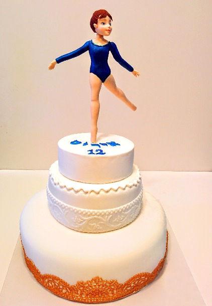 עוגת קומות לבת מצווה של רקדנית מבצק סוכר