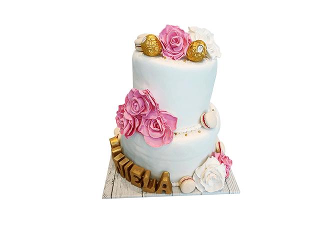 עוגה בקומות מעוצבת עם פרחים