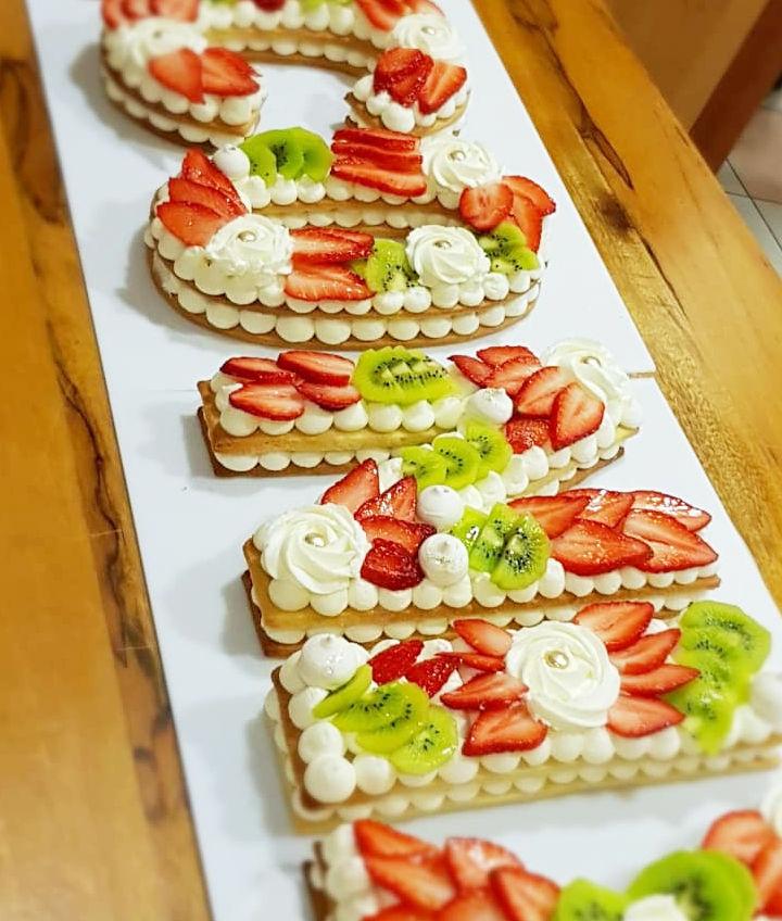 עוגת אותיות ופירות