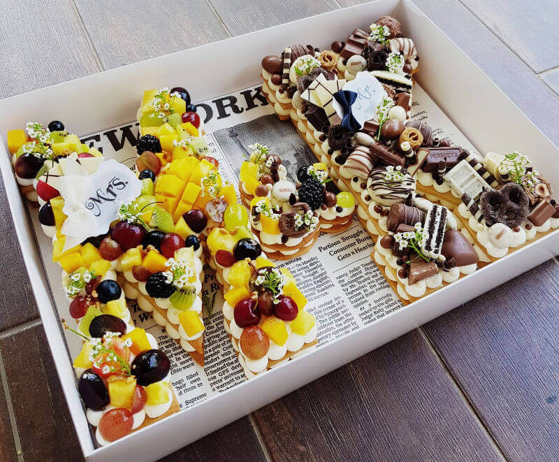 עוגת אותיות ופירות טריים למסיבת רווקים ורווקות