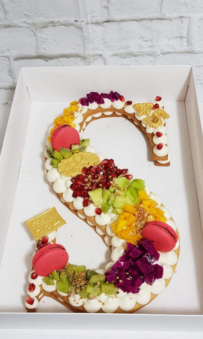 עוגת אותיות ופירות טריים