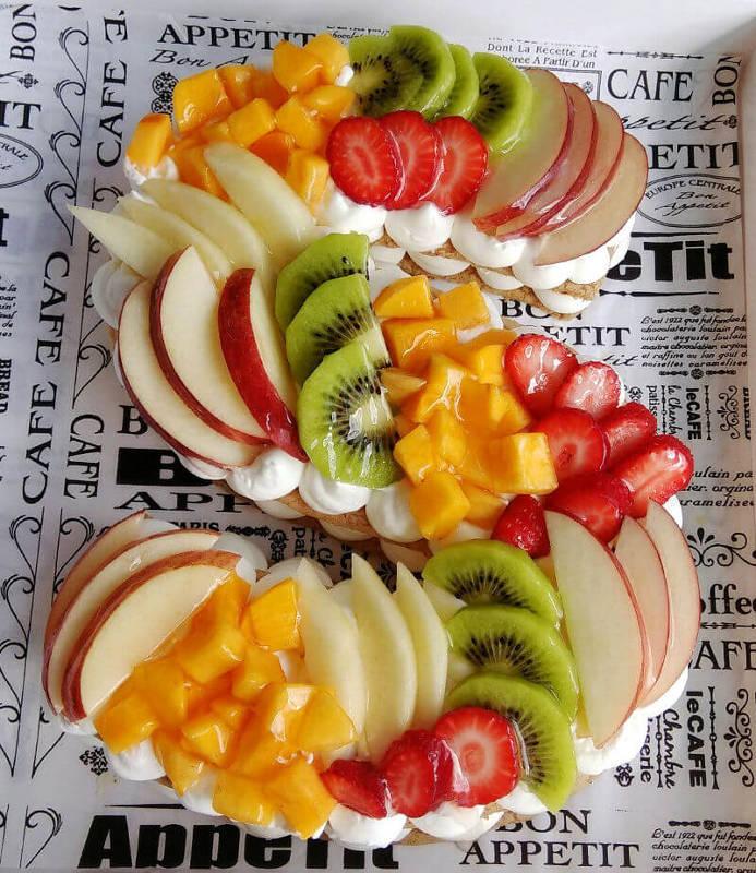 עוגת האותיות ופירות טריים