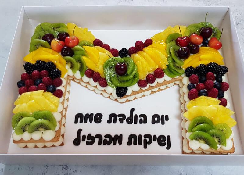 עוגת אותיות ופירות מיוחדת