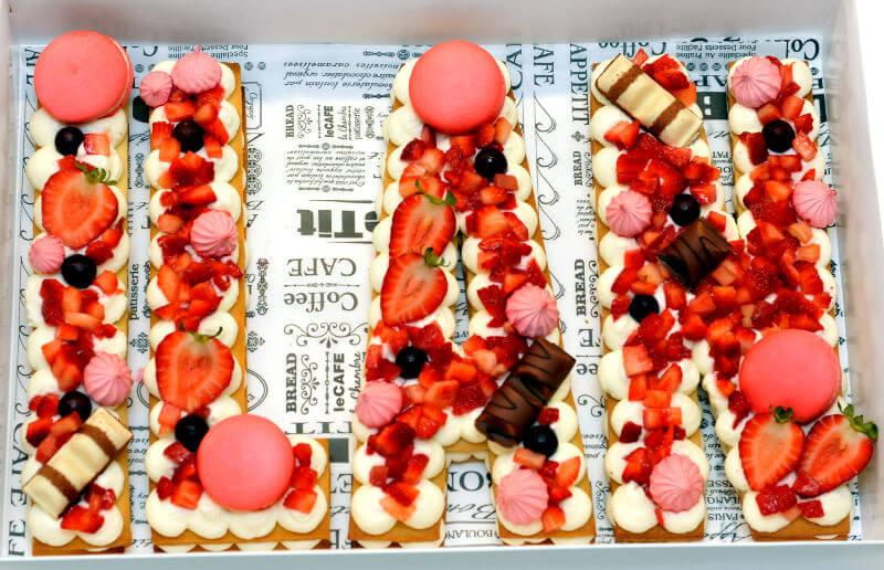 עוגת אותיות ופירות בורוד