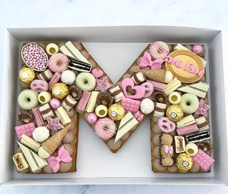 עוגת אותיות מעוצבת עם שוקולדים