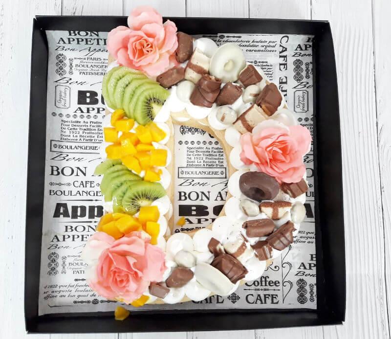 עוגת אותיות פירות ושוקולדים