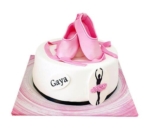 עוגת בלרינה עם נעלי בלט מפוסלות מבצק סוכר