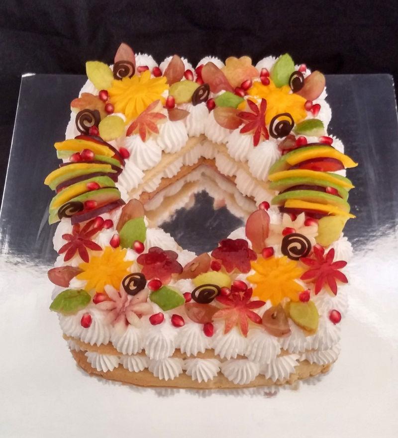 עוגת שכבות בצק שקדים עם קרם וניל ופירות טריים