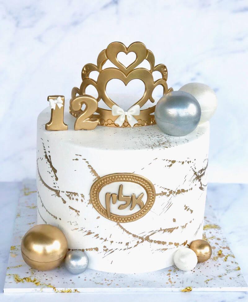 עוגת בת מצווה מעוצבת עם כתר זהב
