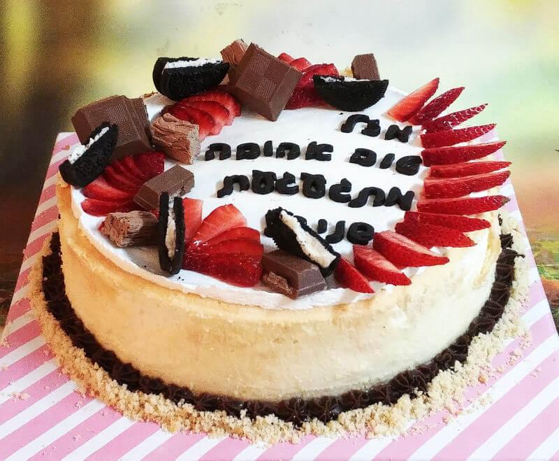 עוגת גבינה אפויה עם שוקולדים ותותים