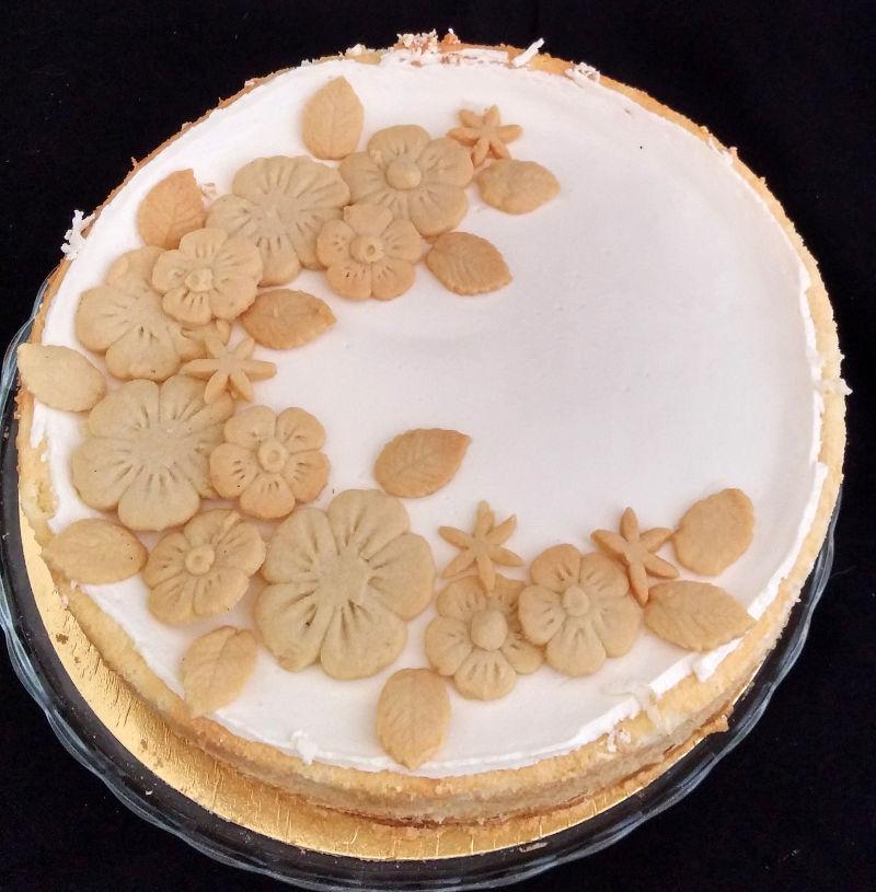 עוגת גבינה אפויה בציפוי שמנת חמוצה ופרחים